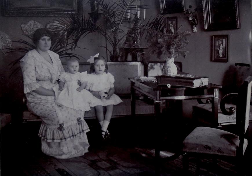 Anette Tiedemann ja tütred Elna ja Signe, Käsmu kodus Lainelas
