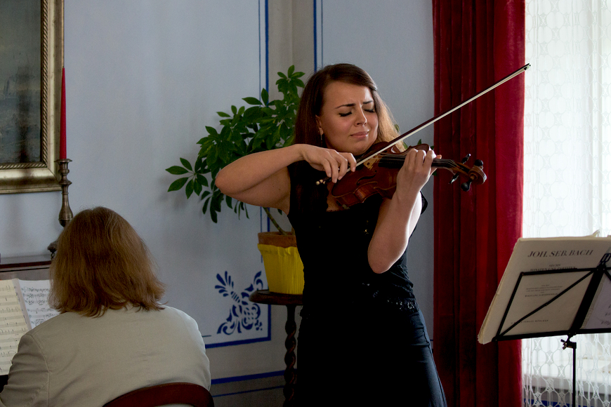 Saalitoa avamine 04.10.2015. Mari-Liis Uibo viiulit mängimas